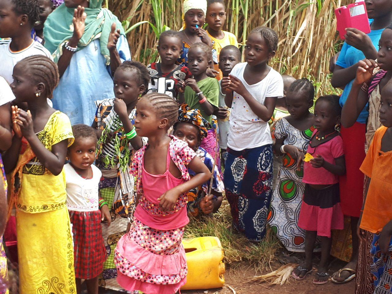 Niños y mayores en grupo Sareboubou