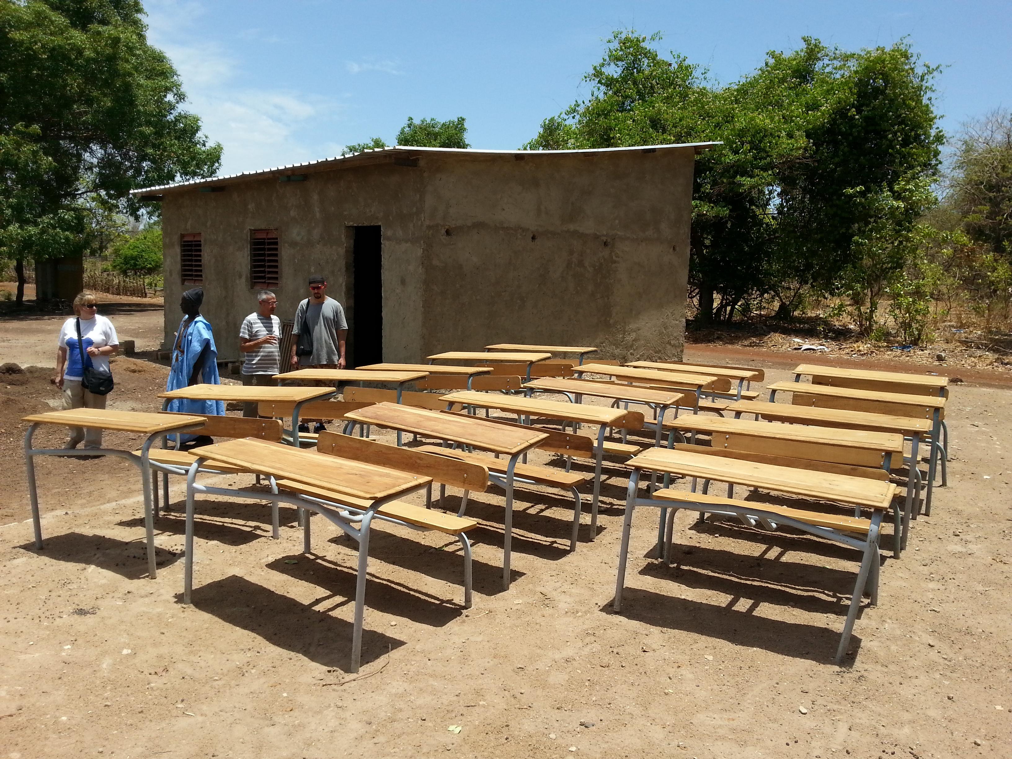 Mayo 2014 Construccion aula y pupitres escuela de Kabateguinda